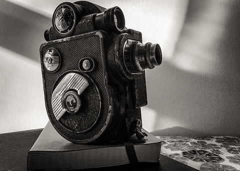 black-and-white-vintage-movie-camera-P6C