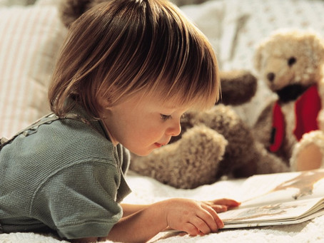 Che bello imparare da piccoli!   Un bambino di quattro anni impara a leggere perché vuole imitare su