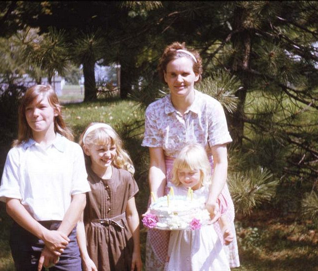 mother and girls with cake_std.jpg