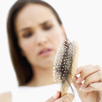 mulher queda de cabelo