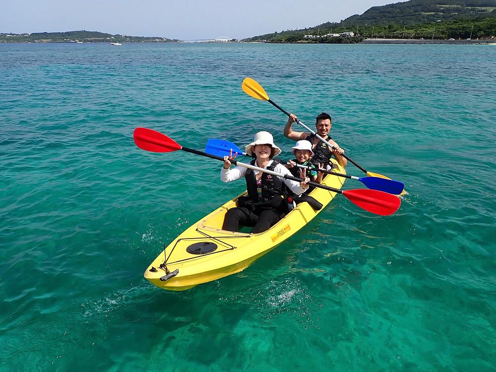 沖縄旅行でクリアーカヤックとシュノーケリングを楽しむ