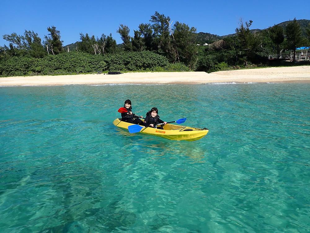 沖縄本部町でクリアーカヤックとシュノーケリング