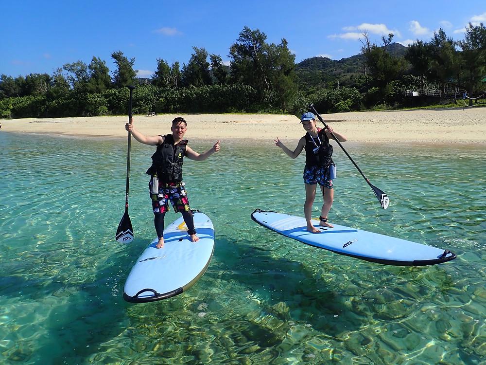 沖縄本島塩川ビーチでスタンドアップパドル (SUP)