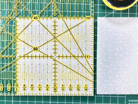 Tăiați pătratul de 10 cm (3.5 in)