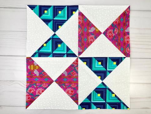 Precum în lecțiile anterioare, tăiați blocul final la dimensiunile de 26 cm x 26 cm (9.5 in x 9.5 in). Observați în centrul laturilor, colțurile triunghiulor nu sunt perfect ascuțite. Acest spațiu (ar trebui să fie 1 cm), va reprezenta tivul, și va fi ascuns, atunci când vom coase blocul in quiltul final. GATA!