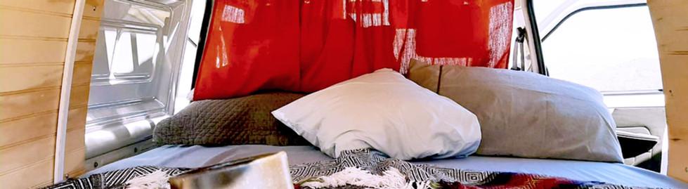 Campervan para 2 personas, vista de la cama.