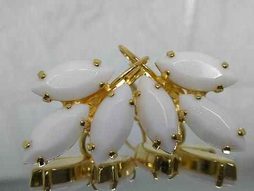 לבן אטום.  אבנים: אקריל.  מתנה בשבילה, מתנה לכלה, עגילי עלים, עגילי דמעה, Model # 437
