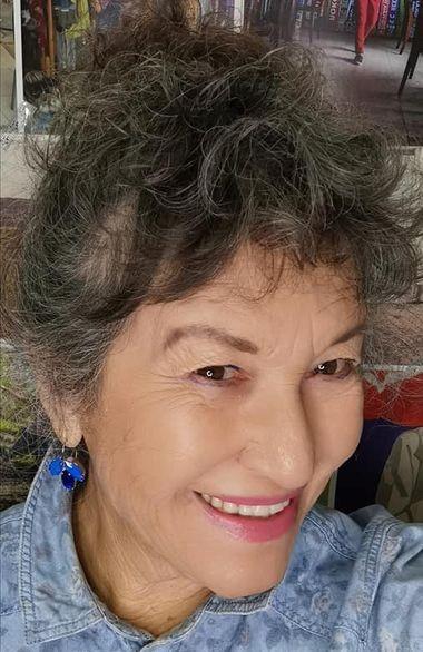 סלפי שלי אירית דגמי עם עגילים בחול רויאל