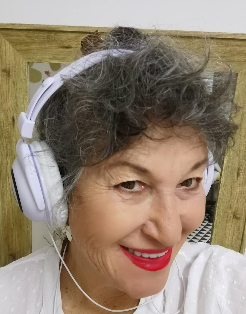 אירית עם אוזניות לבנות