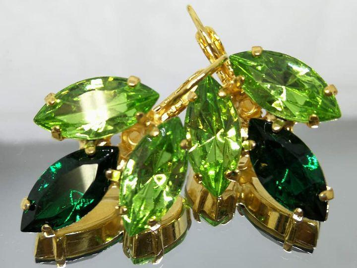 Model # 440  עגילים משובצים בסברובסקי ירוק ביהר וירוק כהה בעיגלים מצופים בזהב