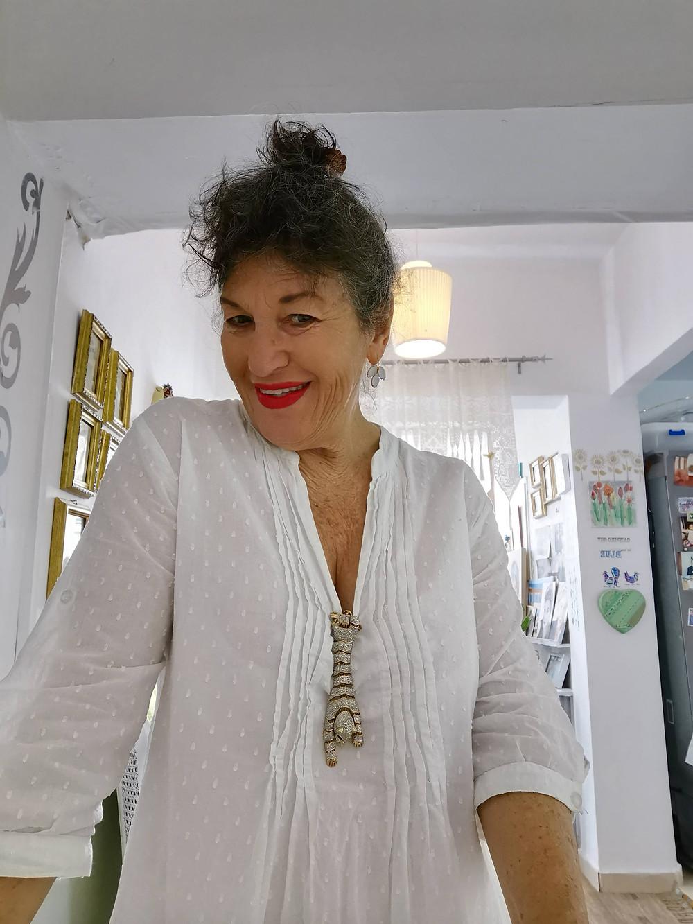 אירית לובשת חולצה לבנה
