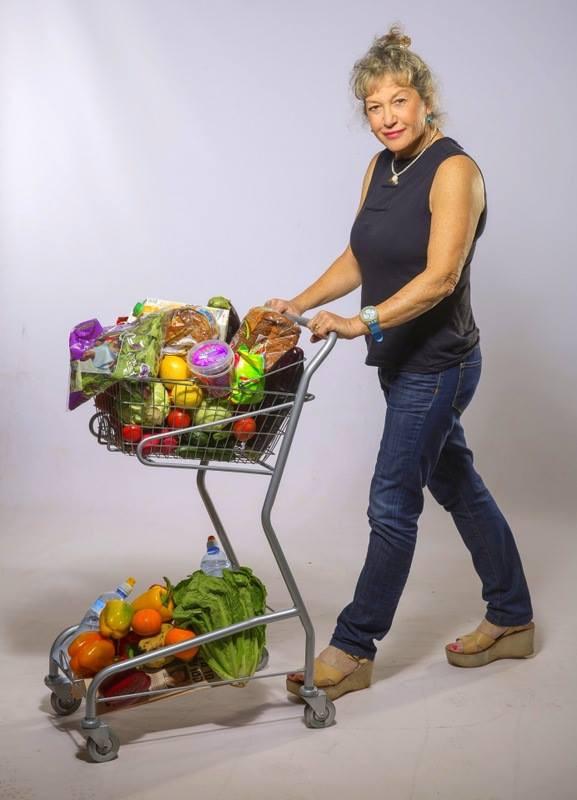 אירית מובילה עגלת ירקות