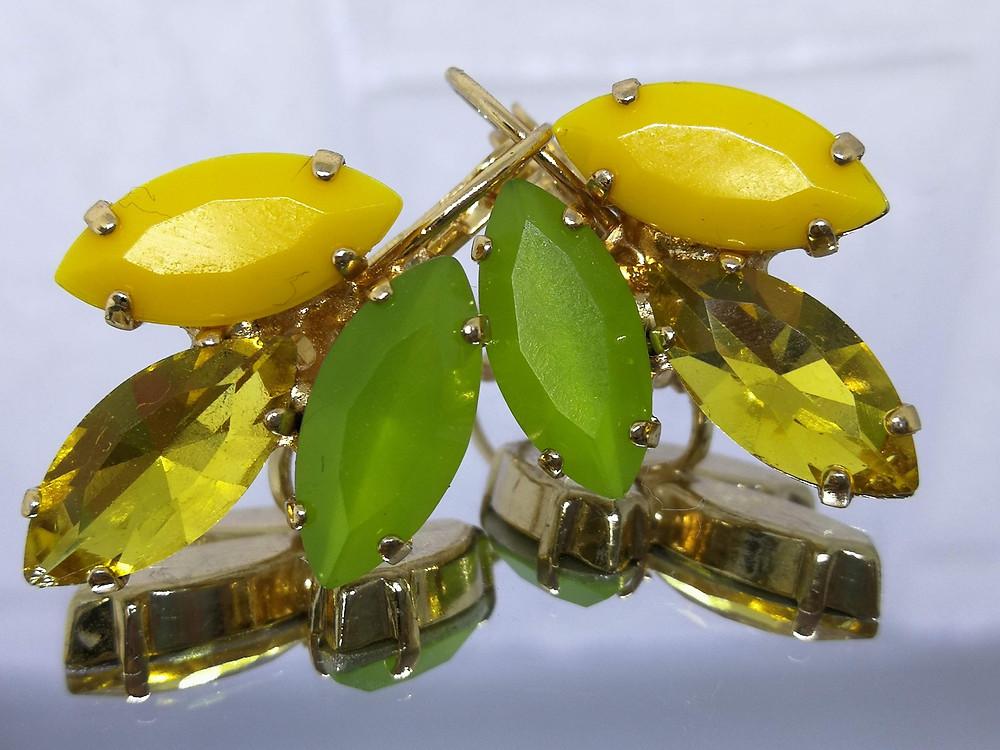 עגילים מצופים בזהב נטול ניקל אבנים משולבות של אקריל וקריסטל בצבעים חרדל, צהוב שקוף וירוק זית