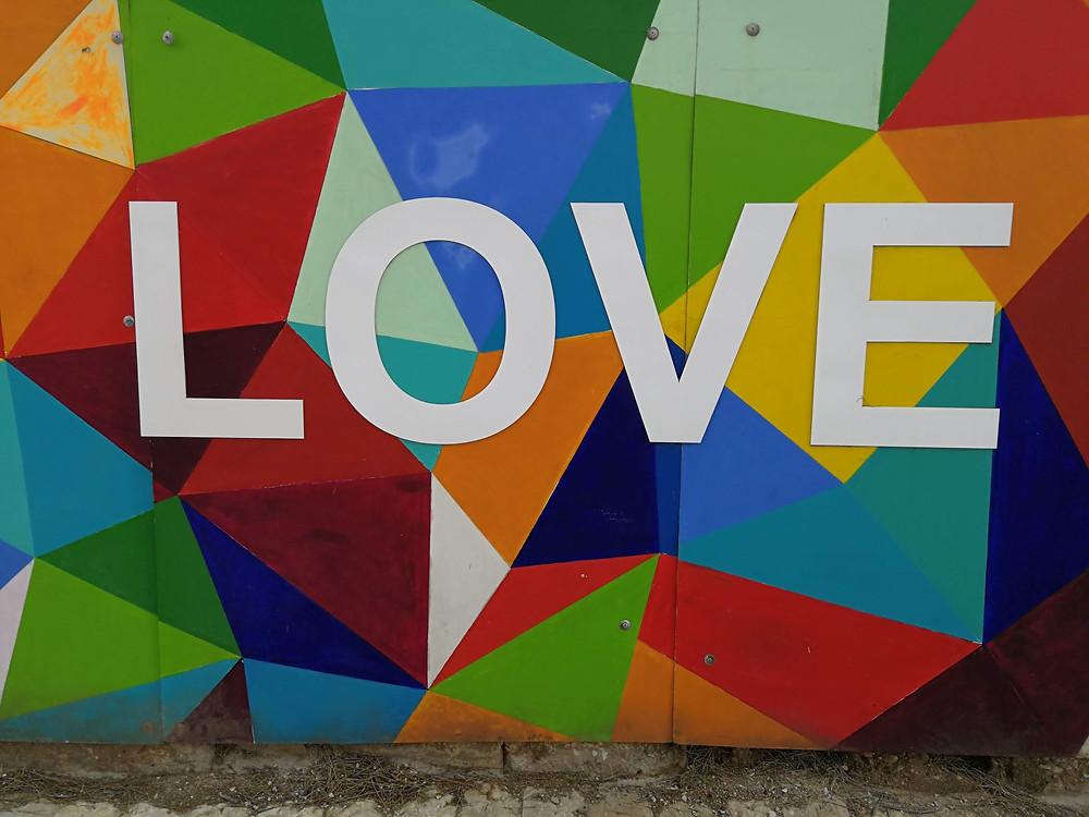 צילום גרפיטי צבעוני עם המילה LOVE