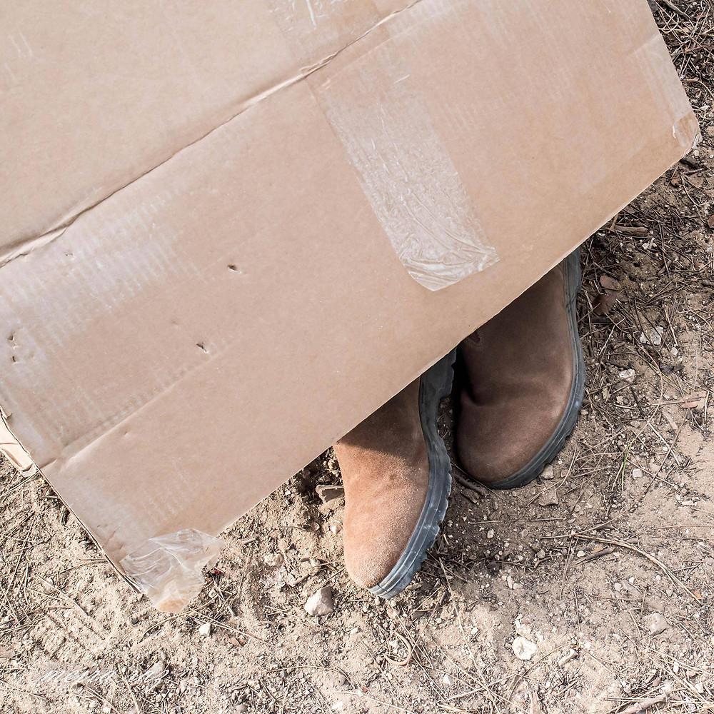 נעליים של אירית דגמי מבצבצות מתוך הקרטון