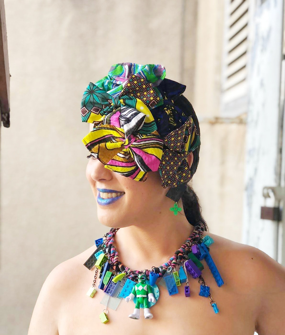 טל דדון עונדת יצירות שלה: שרשרת ופפיונים לשיער מהקולקציה האפריקאית