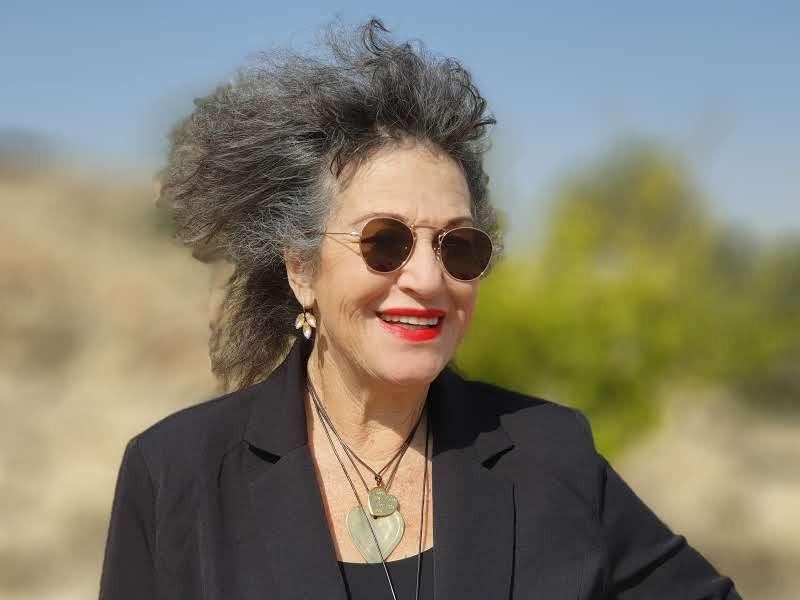 אירית מצולמת עם משקפי שמשוהשיער פתוח עף ברוח.
