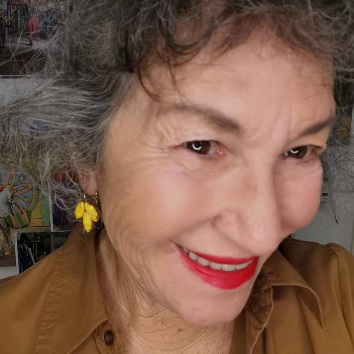 סלפי אירית דגמי עונדת עגילי חרדל