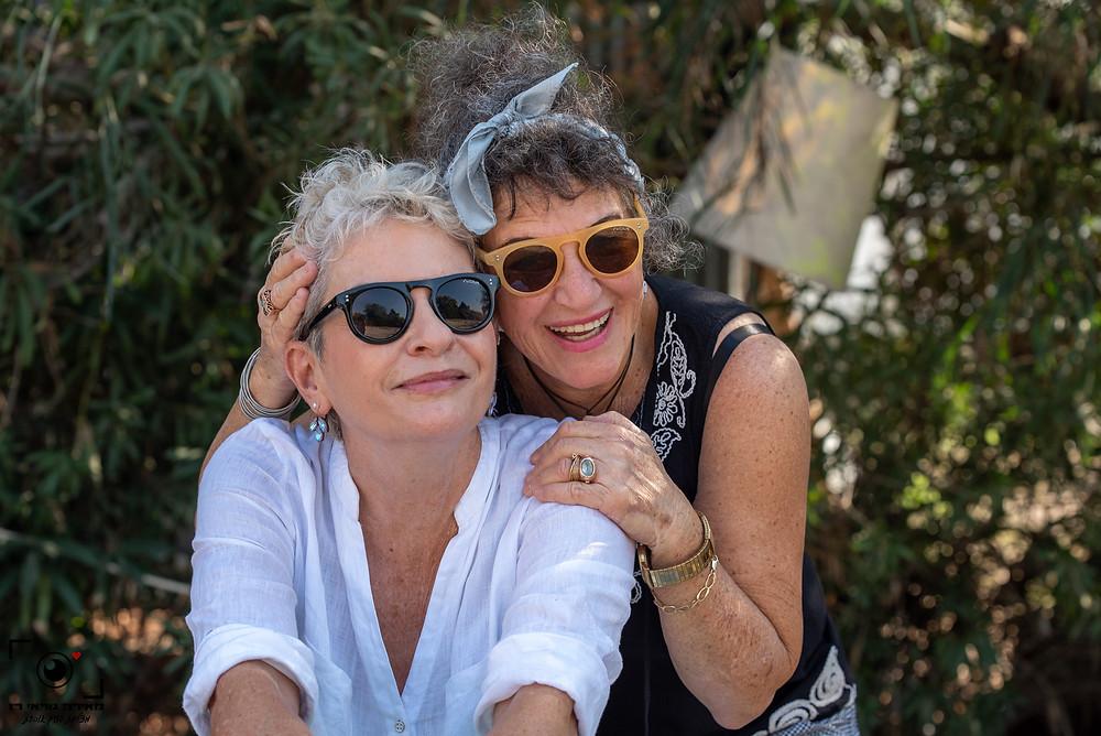 אורנה גטניו ואני בחצר שלי. אורנה עונדת את העגילים של אירית דגמי.