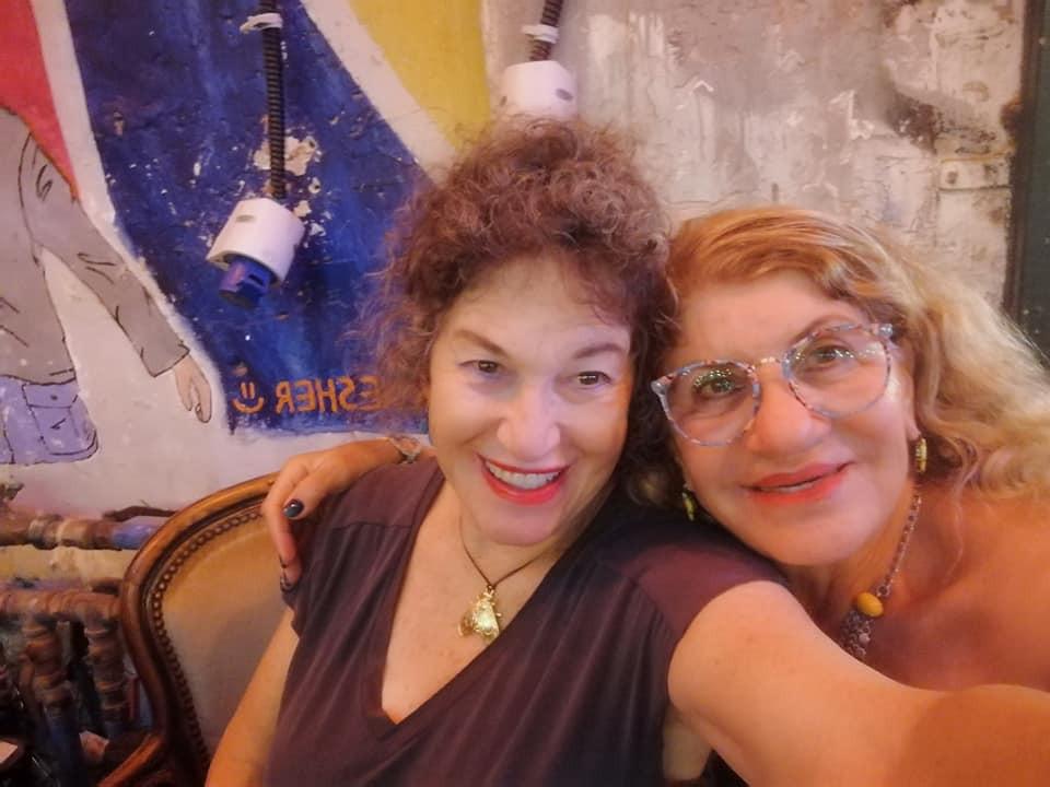 אירית דגמי ומונה ברק בצילום סלפי מחייכות ושמחות.