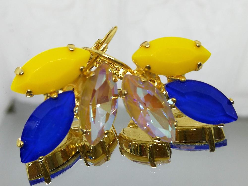 עגילים בציפוי זהב משובצים בחרדל, כחול רויאל וחום בהיר
