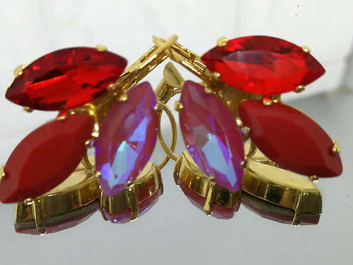 # Model 761  אדום סיאם, אדום אקריל אטום, אדום AB  אבנים: קריסטלים שונים.  מתנה בשבילה, מתנה לכלה, עגילי עלים, עגילי טיפה, עגי