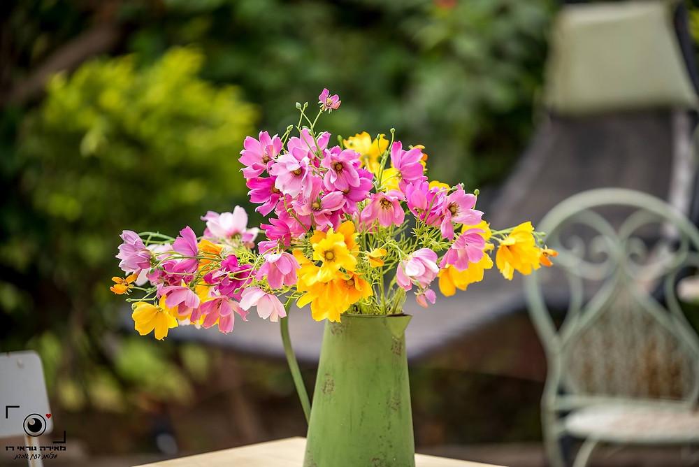 אגרטל בירוק זית עם פרחים בוורוד וצהוב