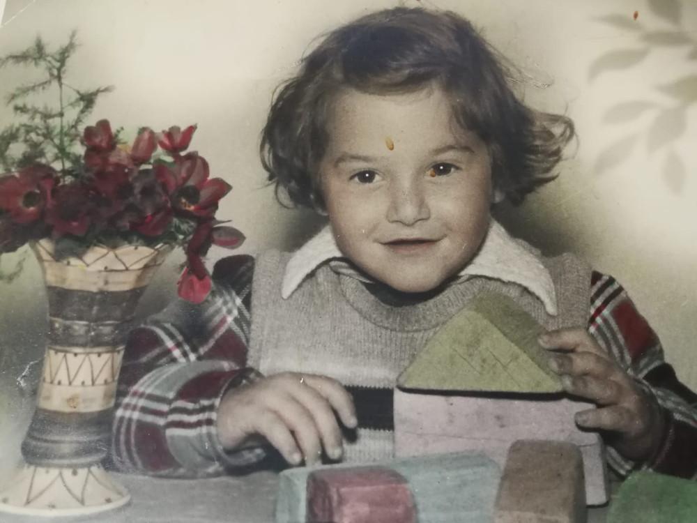 אירית דגמי צילום בגן הילדים משחקת בקוביות שנת 1957