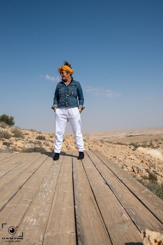 אירית עם טרנינג לבן וזקט ג'ינס