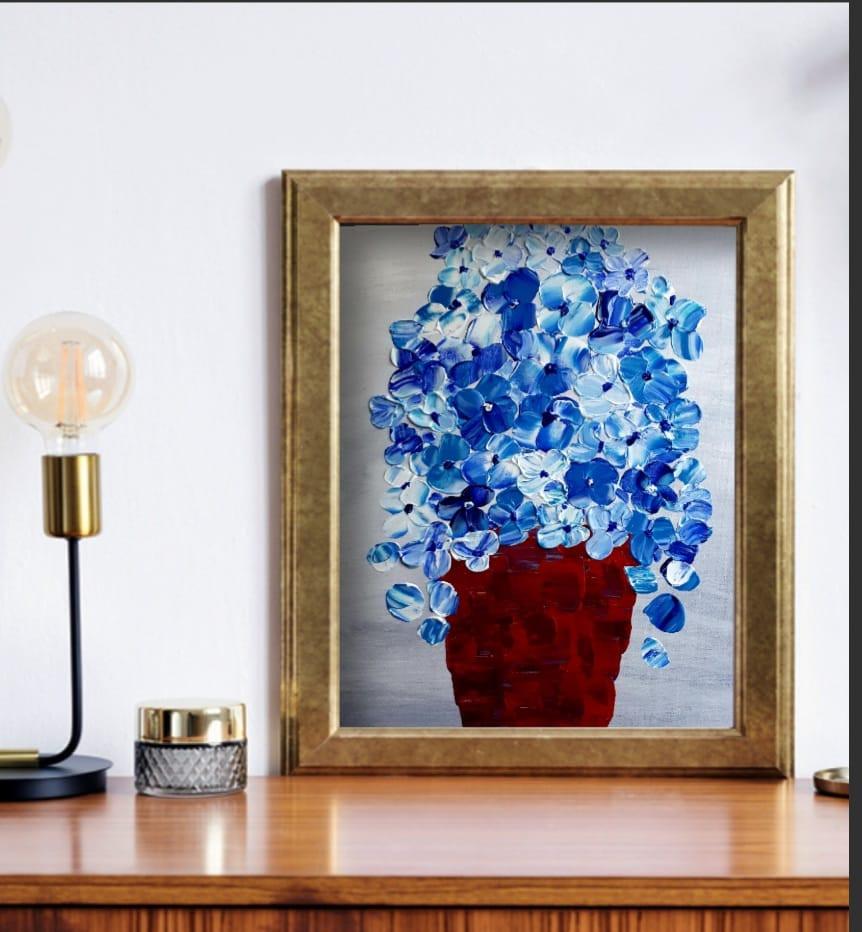 ציור בשפכטל של פרחים בכחול לבן בתוך עציץ ציירה עליזה גוטמן