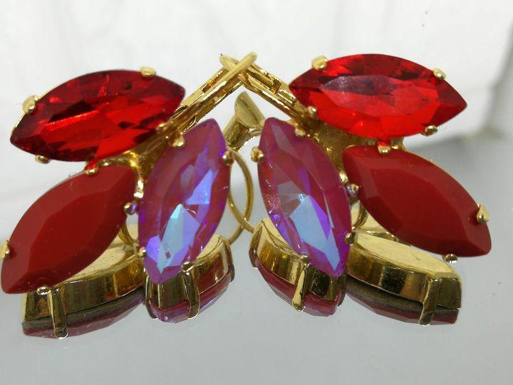 # Model 761 עגילים מצופים בזהב עם שיבוץ של אבנים אדומות