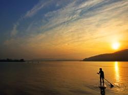 朝日を背に浴びて阿蘇海で行われるSUP_2_m