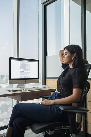 girl-watching-her-imac-mockup-at-the-off