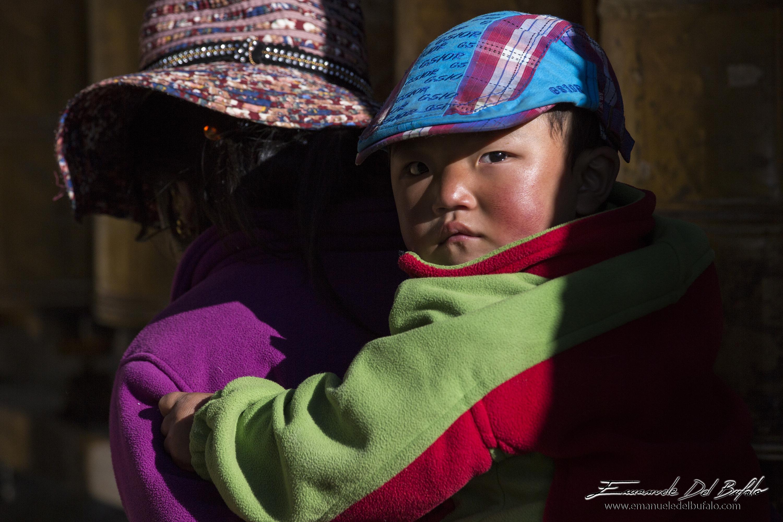 www.emanueledelbufalo.com #tibet #lhasa #mother&son #people #portrait #thelongtermtraveler