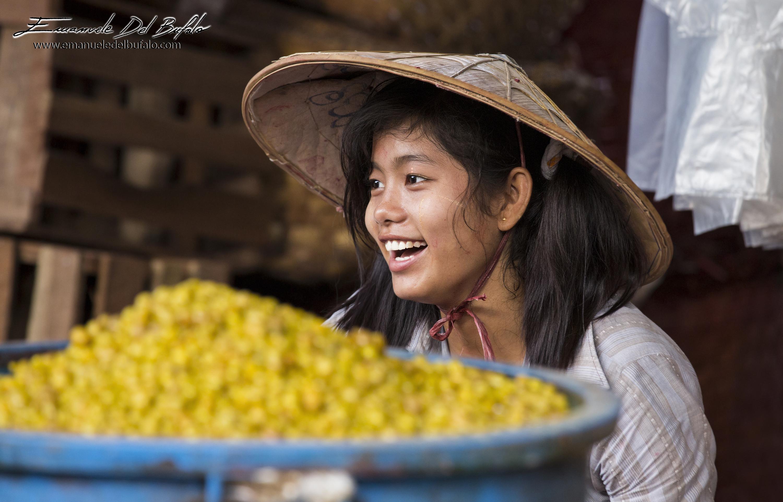 www.emanueledelbufalo.com #myanmar #burma #asia # mandalay #market #girl #people #smile #human