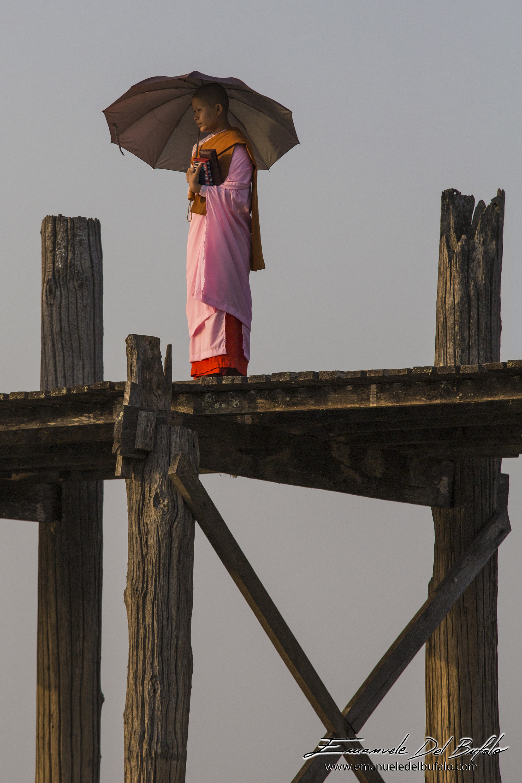 www.emanueledelbufalo.com #myanmar #burma #amarapura #U-bein_bridge #girl #monk #umbrella #sunset #p