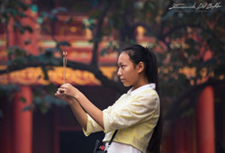 www.emanueledelbufalo.com #beijing #temple #pray #girl #portrait #culture #people #thelongtermtravel