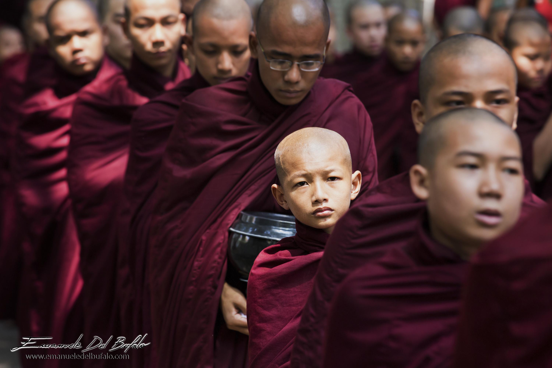 www.emanueledelbufalo.com #myanmar #burma #asia #amarapura #monastery #monks #lunch #line