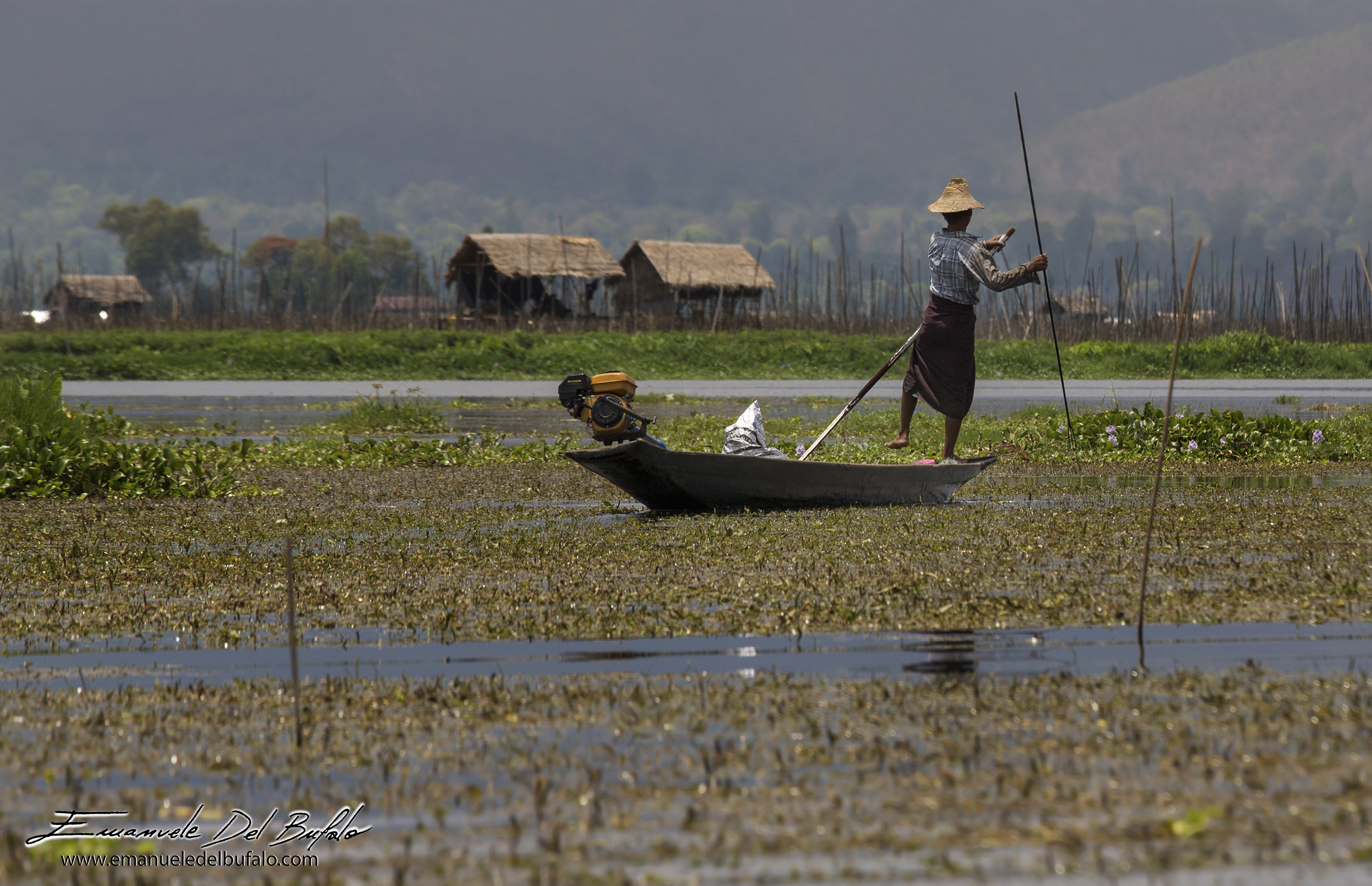 www.emanueledelbufalo.com #myanmar #burma #inle_lake #fisherman #boat #flooting_village #work #peopl