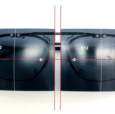 レンズを金具本体に取り付けてメガネにセットし、軸印刷が水平になっている状態