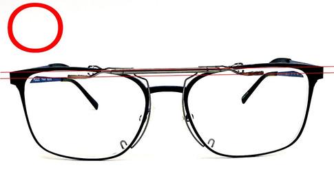 金具本体のみメガネにセットして水平になっている状態