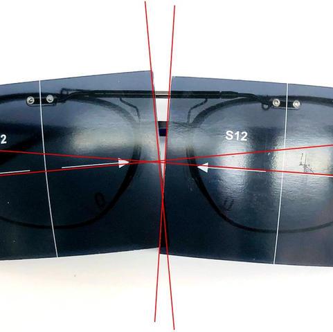 レンズを金具本体に取り付けてメガネにセットし、軸印刷が水平になっていない状態