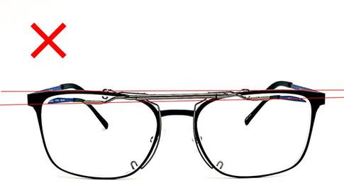 金具本体のみメガネにセットして水平になっていない状態