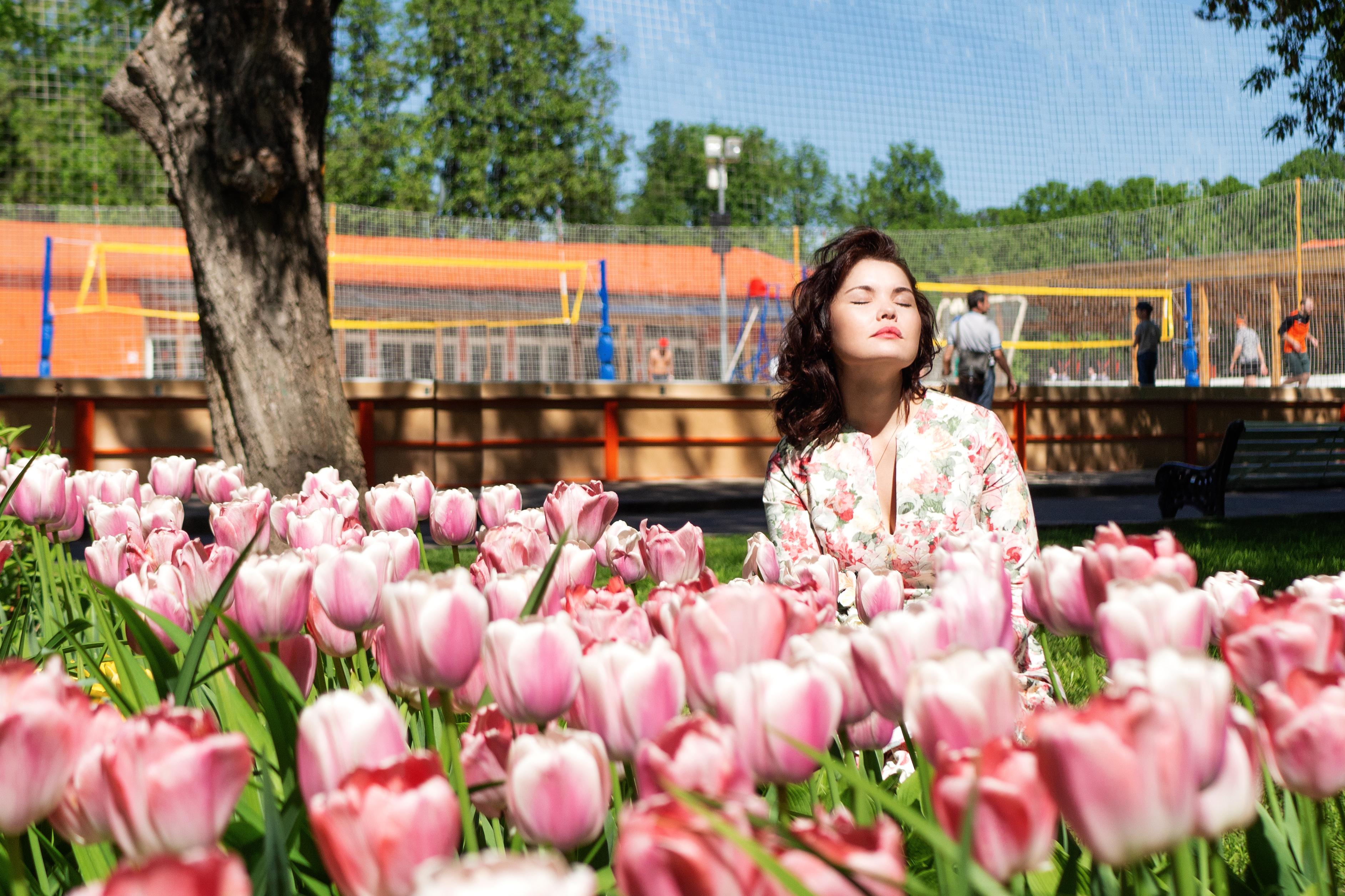 Девушка в тюльпанах