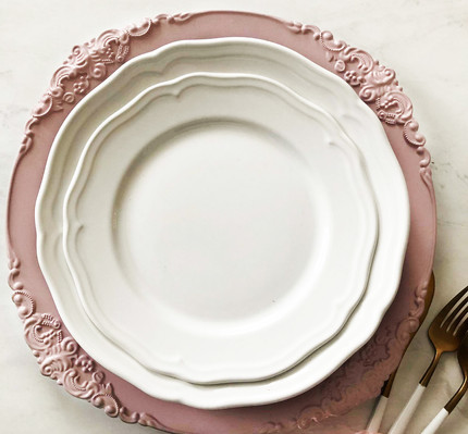 pink charger plate hire.jpg