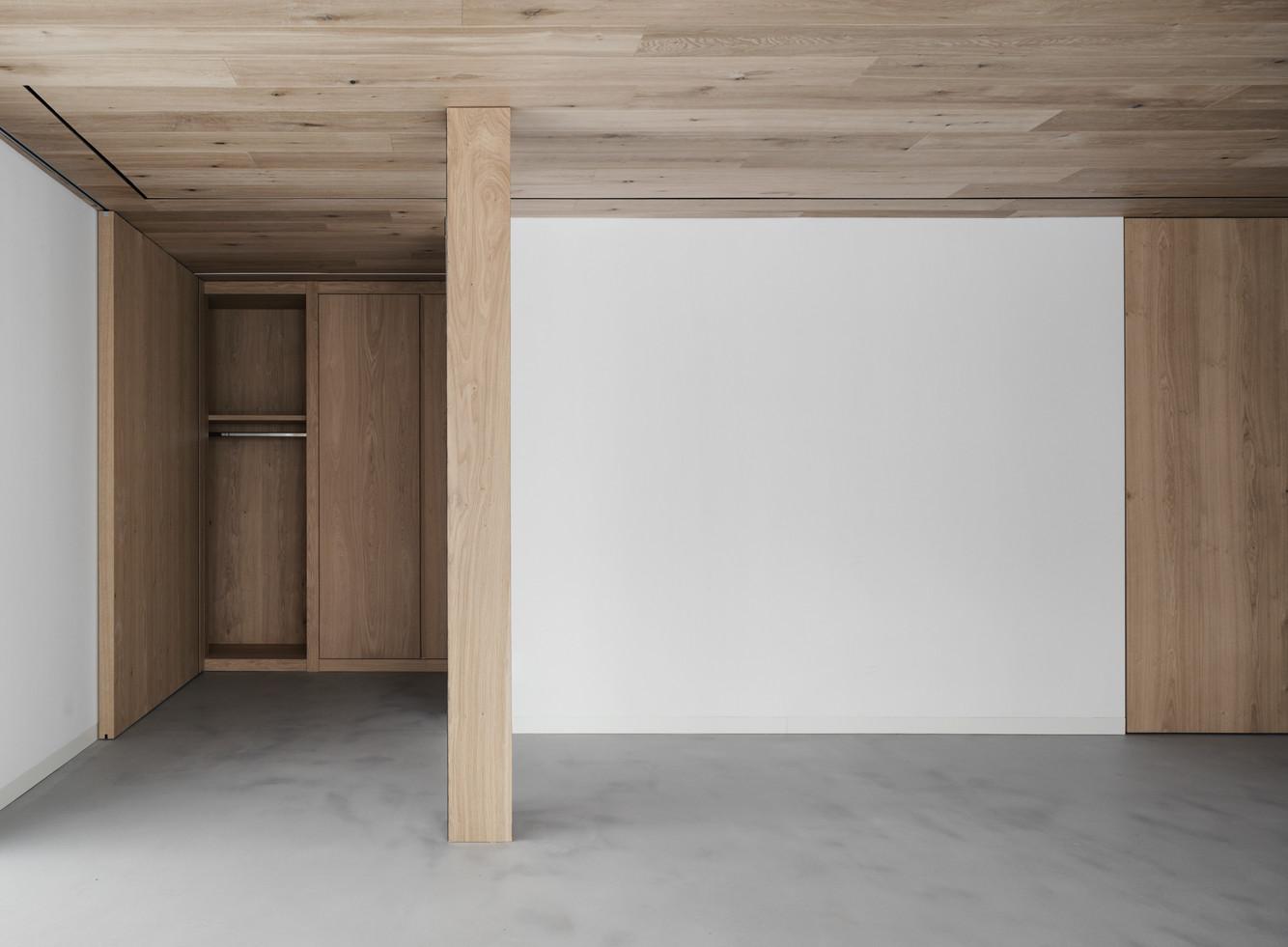 Il calore del legno frena il rigore delle forme