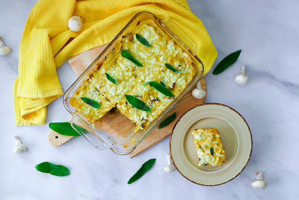 פשטידת אטריות ופטריות ברוטב בשמל פשטידת פסטה ברוטב בשמל טבעוני