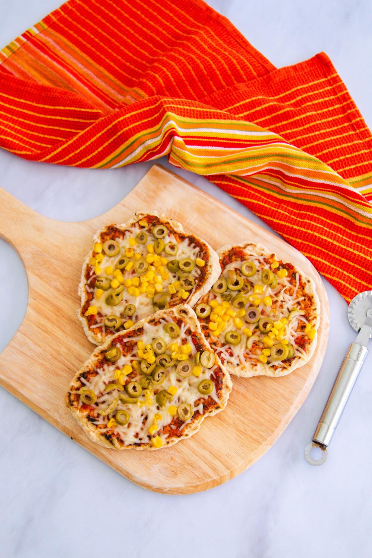 פיצה פיתה במחבת מבצק מהיר הכנה איך מכינים פיצה במחבת איך מכינים פיתות במחבת