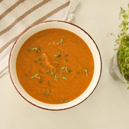 מרק עדשים כתומות ועגבניות צלויות