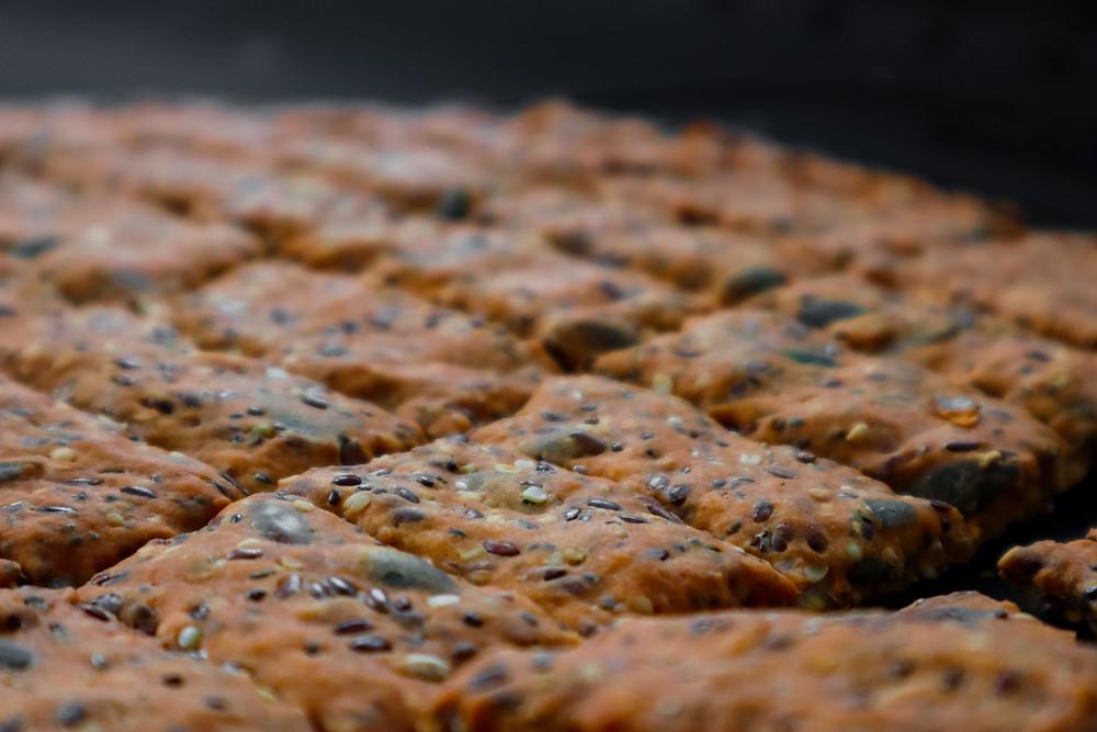 קרקרים כוסמין מלא ופיצוחים בקלי קלות קרקר מקמח כוסמין מלא קרקר בריא